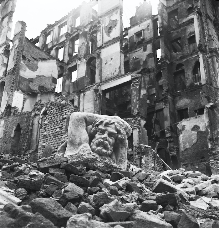 Macerie dopo i bombardamenti su Milano 1943
