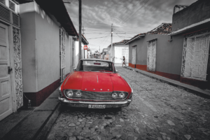 Macchina a Cuba in b/n con dominante colorata