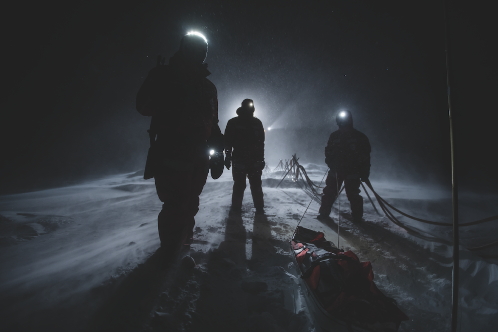 Scienziati tornano dal sito di rilevamento alla Polarstern durante una tempesta di neve, Artico, dicembre 2019. © Esther Horvath