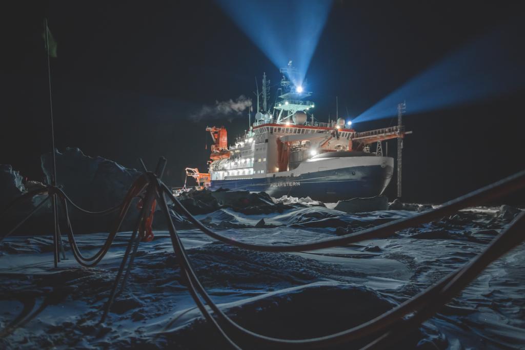 La Polarstern, la nave rompighiaccio tedesca che ha viaggiato intrappolata nel ghiaccio Artico, si muove seguendone la deriva. Nessuna imbarcazione si era mai spinta tanto in profondità in questa regione. rtico, 12 ottobre, 2019 © Esther Horvath
