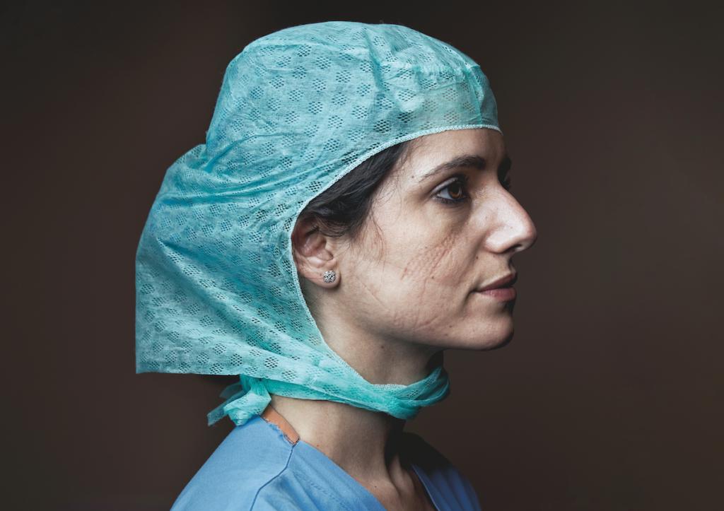 Un ritratto di Claudia, anestesista dell'Ospedale Gavazzeni di Bergamo, dopo un turno sfiancante in piena emergenza Covid-19 © Maki Galimberti