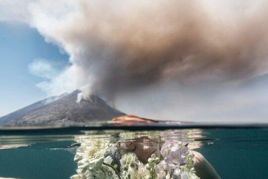 immagine del vulcano Stromboli con composizione floreale